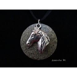 Collier, pendentif cheval argenté sur socle de granit rond
