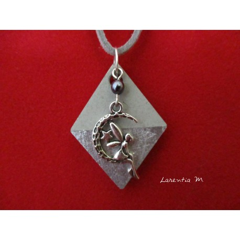 """Collier pendentif """"Fée"""" avec perle grise sur socle de béton losange décoré argent"""