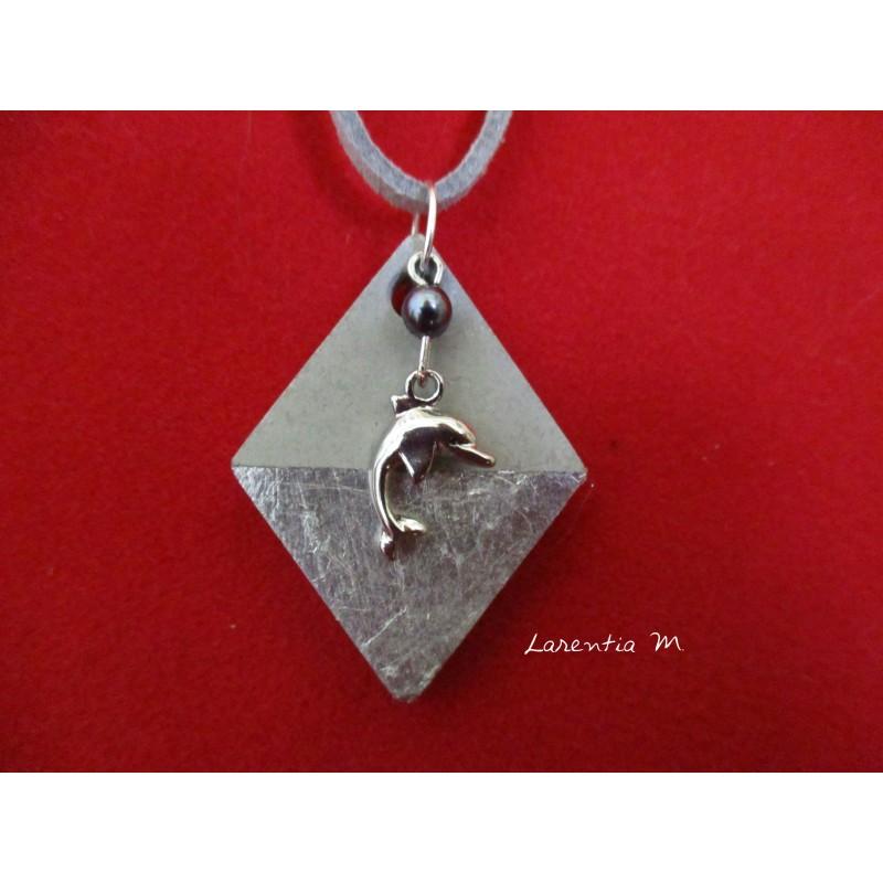 """Collier pendentif """"Dauphin"""" avec perle grise sur socle de béton losange décoré argent"""