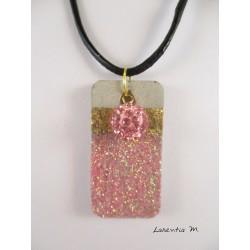 Collier pendentif perle Shamballa rose sur socle de béton rectangle décoré pailleté rose et feuille métal doré