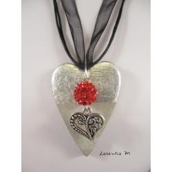 """Collier, pendentif """"Coeur"""" argent avec perle shamballa rouge sur socle de béton coeur avec bas argenté"""
