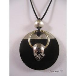 """Collier pendentif argenté """"Tête de mort"""" avec perle métal argent sur socle de béton rond peint noir et anneau inox"""