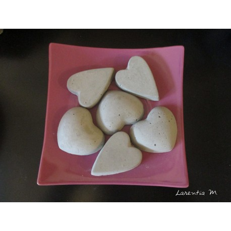 6 small hearts in concrete to perfume