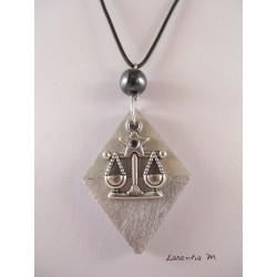 """Collier pendentif  signe du zodiaque """"Balance"""" avec perle hématite sur socle de béton losange décoré argent"""