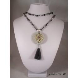 Collier perles cristal Bohème et cirées grises, pendentif béton rond avec tréfle argent, pompon gris