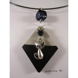 """Collier pendentif """"Chat"""" avec perle cristal Swarovksi noire sur socle de béton losange peint noir et perle carrée noire"""