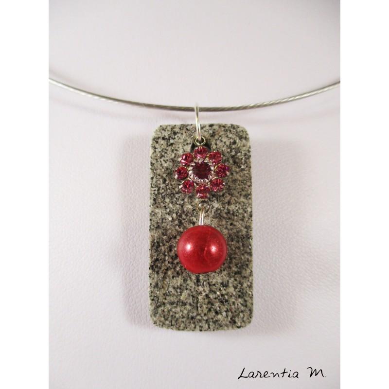 Collier granit rectangle, fleur cristal Swarovski et perle magique rouges, ras de cou rigide gris