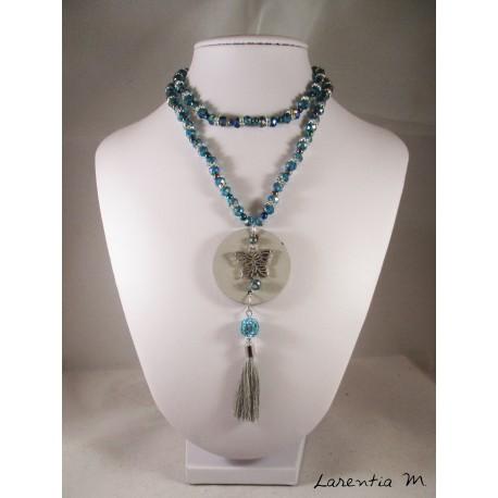 Collier perles cristal Bohème bleues avec séparateurs strass, pendentif béton rond avec papillon argent, pompon gris