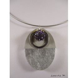 Collier béton ovale argent, anneau inox, perle shamballa violette, ras de cou métal noir