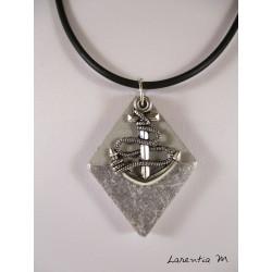 """Collier pendentif  signe du zodiaque """"Sagittaire"""" avec perle shamballa blanche sur socle de béton losange décoré argent"""