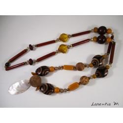 Sautoir perles bois-liège tons marron/moutarde avec pendentif nacre ovale