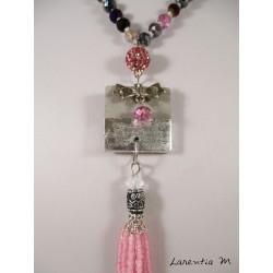 Collier perles cristal Bohème roses et autres, pendentif béton carré avec noeud argenté, pompon perles et shamballa roses