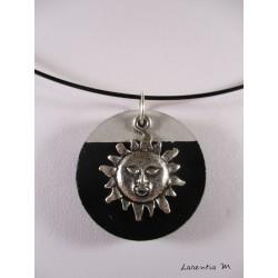 Collier ras de cou noir avec rond béton noir et soleil argenté