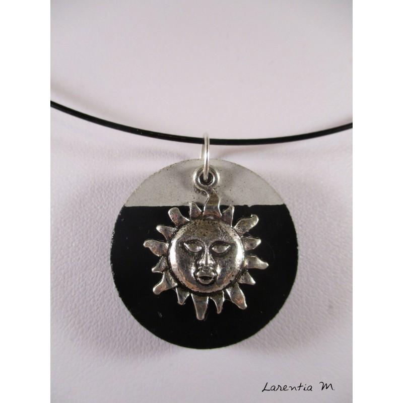 """Collier pendentif argenté """"Chat"""" avec perle hématite noire sur socle de béton rond peint noir"""