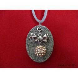 Collier granit ovale, perle shamballa verte, soleil argent, cordon daim gris