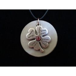 """Collier, pendentif """"Trèfle""""avec perle cristal Swarosvki verte sur socle de béton"""