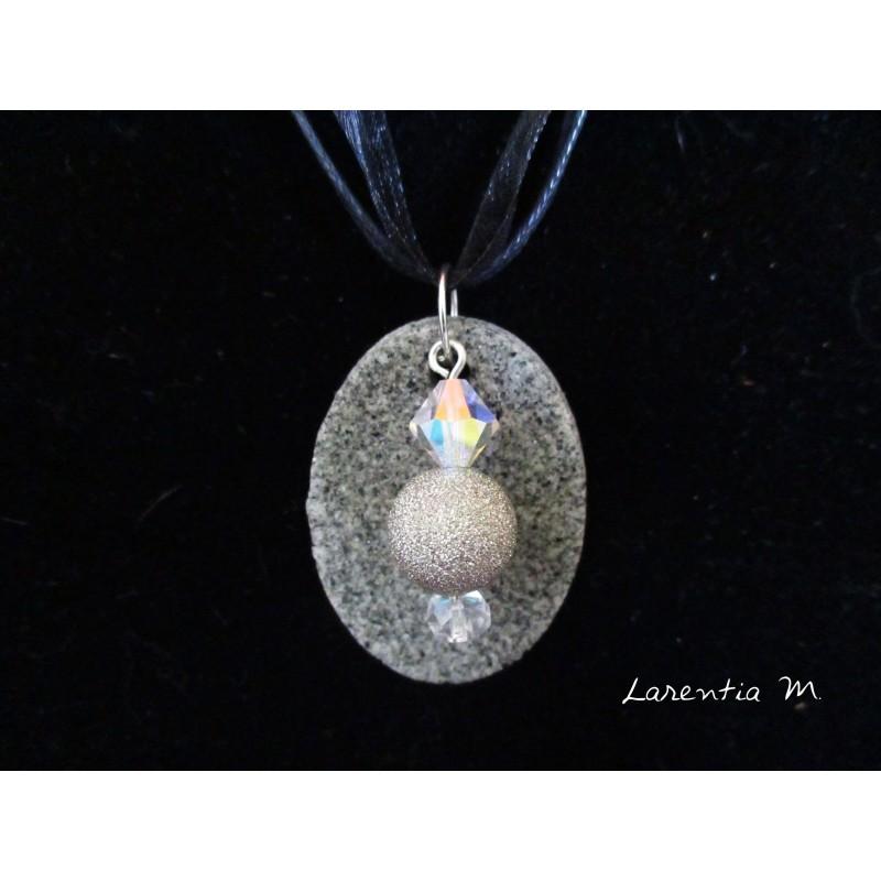 Collier granit ovale,  papillon argent sur cristal Swarovski rose, cordon daim gris