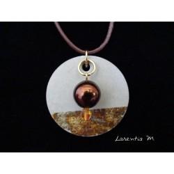 Collier, pendentif avec perles cirée/Swarosvki sur socle de béton