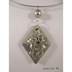 """Collier pendentif zodiaque """"Bélier"""" sur losange argent et perle cirée grise, ras de cou argenté"""