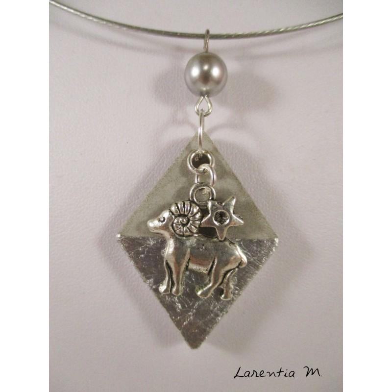Collier pendentif zodiaque bélier sur losange argent et perle cirée grise, ras de cou argenté