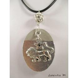 """Collier pendentif  signe du zodiaque """"Lion"""" avec perle shamballa blanche sur socle de béton ovale décoré argent"""