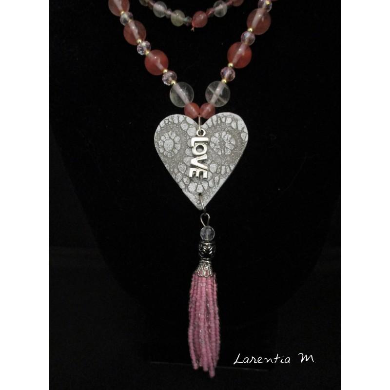 Collier perles pierres roses et blanches, cœur relief blanc, pendentif love argenté, pompon perles roses