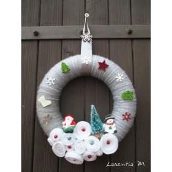 Couronne de Noël en polystyrène recouverte de laine grise, roses en feutrine, sapin et personnages, flocon métal