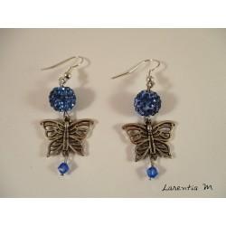 Boucles d'oreilles papillons argentés, perles shamballa bleues, perles swarovski bleues