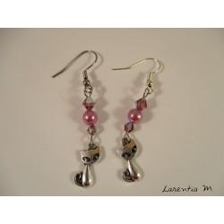 Boucles d'oreilles chats argentés, perles cirées et Swarovski roses
