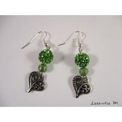Boucles d'oreilles coeurs argentés, perles shamballa vertes, perles métal vertes