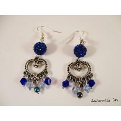 Boucles d'oreilles connecteur cœur argenté, perles shamballa bleues et perles Swarovski bleu clair/foncé