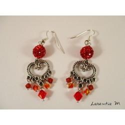 Boucles d'oreilles connecteur cœur argenté, perles shamballa rouges et perles Swarovski rouges/oranges