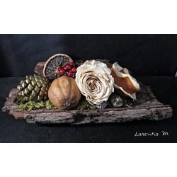 Composition d'automne dans une écorce d'arbre de 22x12cm,rose séchée, fruits secs, pommes de pins