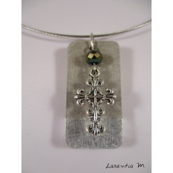 Collier béton rectangle argent, croix argentée, perle cristal gris, ras de cou gris