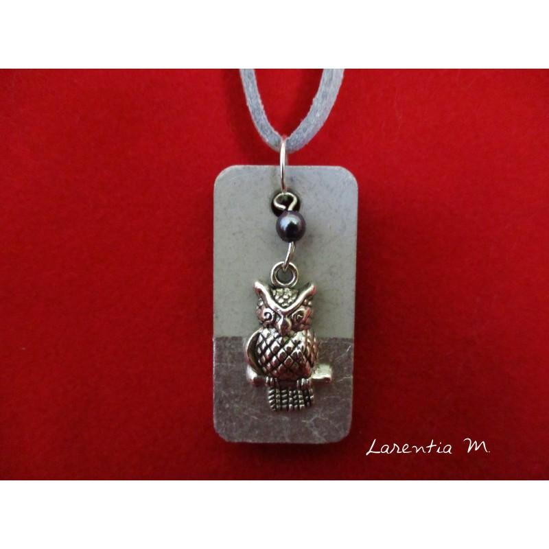 Collier béton rectangle, pendentif chouette sur perle grise, cordon daim gris