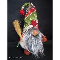 Lutin barbu sur ses sabots, avec balai et panier (Gnome en chaussette avec bonnet 20x10cm)