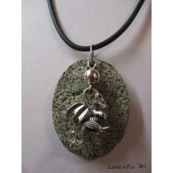 Collier granit ovale avec pendentif dragon argenté, cordon caoutchouc noir