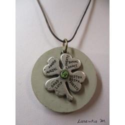 """Collier, pendentif """"Trèfle""""avec perle cristal Swarosvki vert sur socle de béton"""