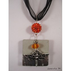 Collier béton carré argent, libellule argentée, perles shamballa et cristal orange, sur ruban et cordons noirs