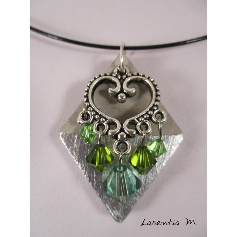 Collier losange béton argent, connecteur cœur, perles cristal Swarovski vertes, ras de cou rigide noir