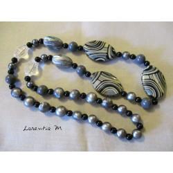 Sautoir perles bois et plastiques tons gris/noir/blanc