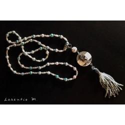 Sautoir perles irisées bleu/rose/blanc, perle shamballa blanche, pendentif béton avec cœur argenté, pompon perles blanches