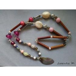 Sautoir tons rose/beige/fuschia avec pendentif bois