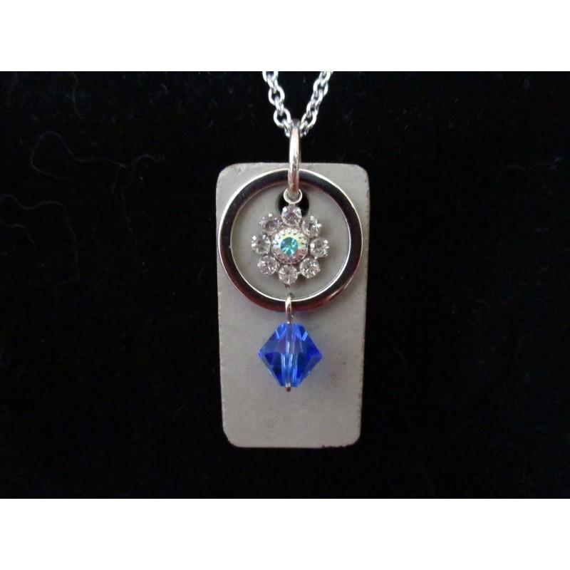 Collier avec perles cristal Swarosvki bleu et anneau sur socle de béton