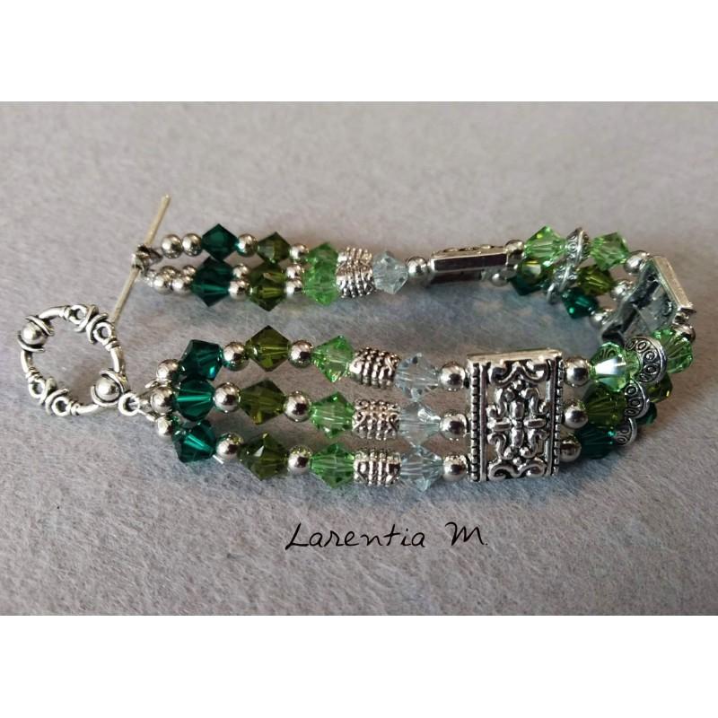 Bracelet 3 rangs perles de cristal de Swarovski, dégradé de perles vertes, séparateurs métal antique argenté, fermoir toggle