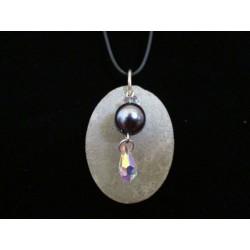 Collier, pendentif avec perles cirée grise/Swarosvki sur socle de béton