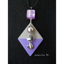 """Collier pendentif """"Chat"""" avec perle grise sur socle de béton losange peint violet"""