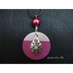 """Collier pendentif argenté """"Goutte"""" avec perle cirée fuschia sur socle de béton rond peint fuschia"""