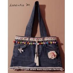 Sac à main réalisé à partir d'un jean, ruban pompons, 2 cordons daim, fleur tissu