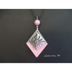 """Collier pendentif """"Losange"""" avec perle rose magique sur socle de béton losange peint rose"""